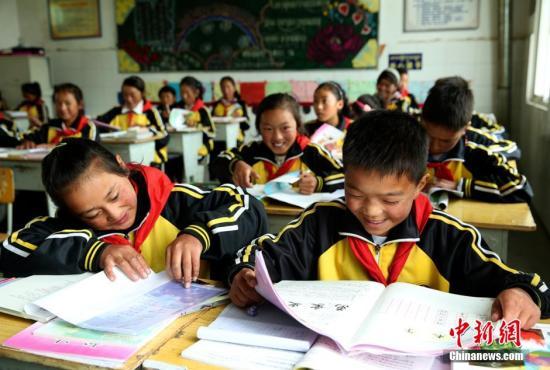 资料图:四川藏区一寄宿制小学的孩子们在上课。陈运宙 摄