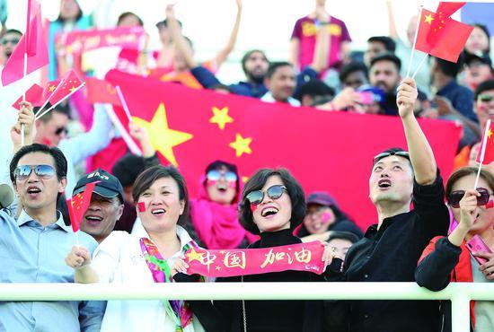 7日,在阿联酋艾因举行的2019年亚洲杯足球赛C组小组赛中,中国队以2比1战胜吉尔吉斯斯坦队。图为中国队球迷在比赛后庆祝。 (新华社发)