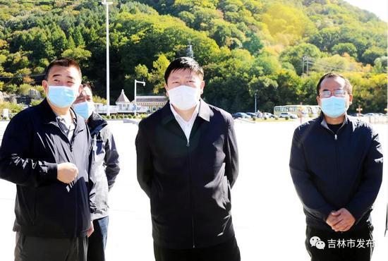 吉林市市长贺志亮(中)在松花湖风景区检查景区安全工作。