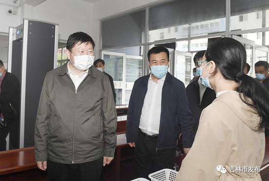 吉林市委书记贺志亮(左)在吉林一中高考考点,详细了解考点疫情防控、考试准备等情况。