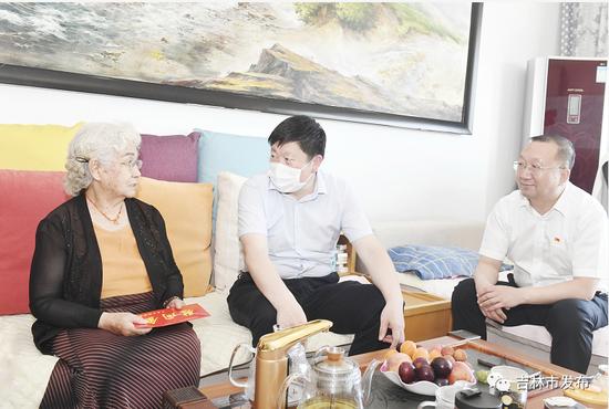 吉林市委书记贺志亮(中)代表吉林市委、市政府向金学龙烈士妻子李姬善表示慰问。