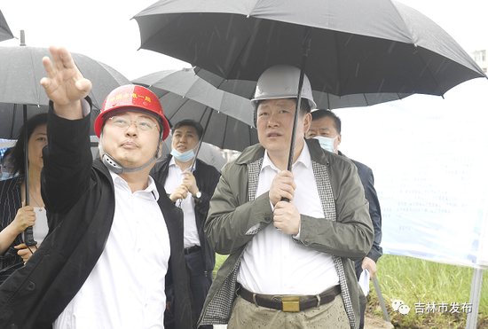 吉林市委书记贺志亮(右)在永吉县防洪工程(开山段)督导检查工程建设情况