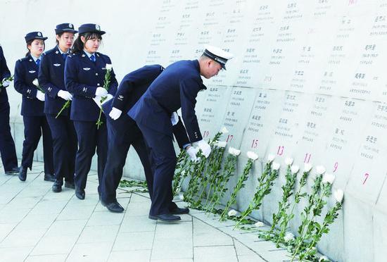 上图为青年民警为英烈们敬献鲜花。 孙建一 摄