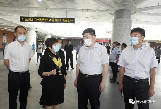 吉林市委书记贺志亮(右二)在市公路客运站检查公路运输安全和疫情防控工作。