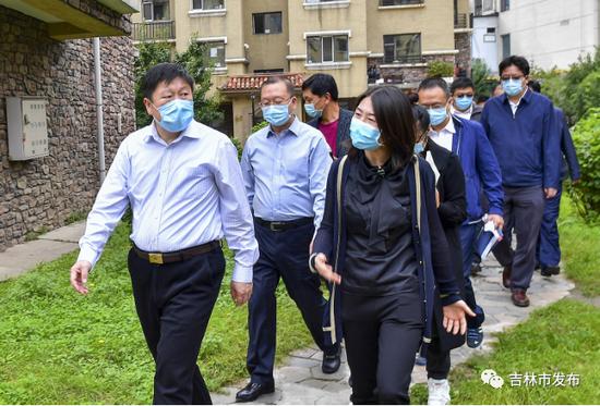 吉林市市长贺志亮(左前)在昌邑区江畔花都小区检查创城工作开展情况。