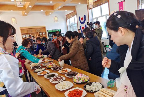 和龙市东城镇活动现场品尝朝鲜族美食