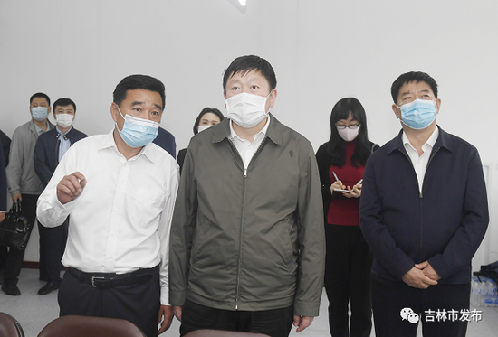 吉林市委书记贺志亮(中)在吉林二中高考考点,详细了解考点疫情防控、考试准备等情况。
