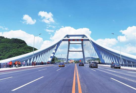 6月22日,通化市人民期待已久的通化大桥顺利通车。 本报记者 隋二龙 摄