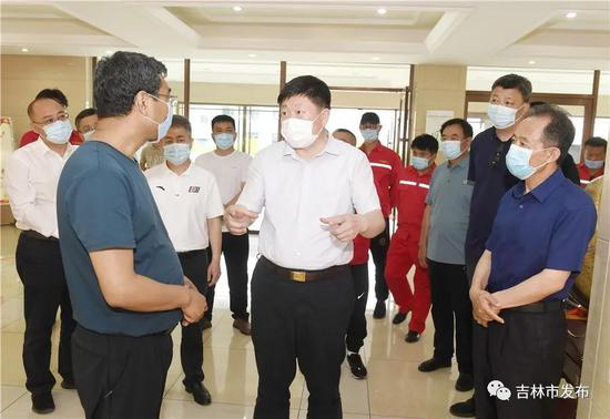 吉林市委书记贺志亮(中)在吉林市万森燃气有限责任公司检查企业安全管理工作。