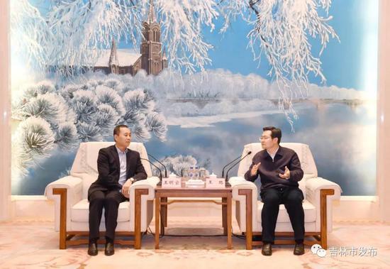 吉林市市长王路(右)同中冶沈勘工程技术有限公司董事长王明宝亲切交谈