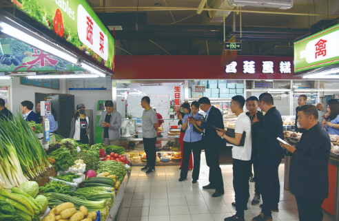 ▲相关部门联合检查农贸市场。