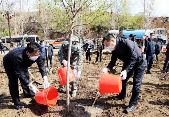 4月29日上午,通化市委书记高志国等市领导与干部群众一起参加义务植树活动。记者袁昊摄