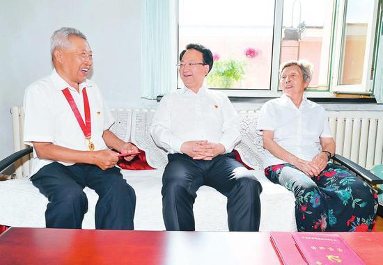 6月29日,吉林省委书记景俊海来到长春市,走访慰问老党员老同志和烈士家属。本报记者 邹乃硕 摄