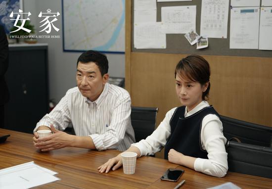 电视剧《蜗居》(上图)里演了一对夫妻的郝平和海清,在今年年初热播的电视剧《安家》(下图)中再演夫妻,依然因为房子闹了矛盾。