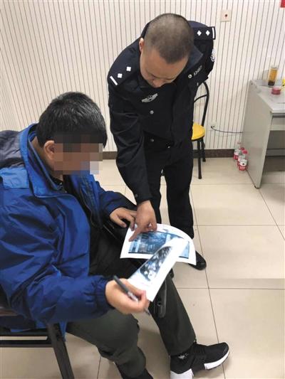 一名违法行为人被警方控制后,正在派出所配合调查。本版图片/警方提供