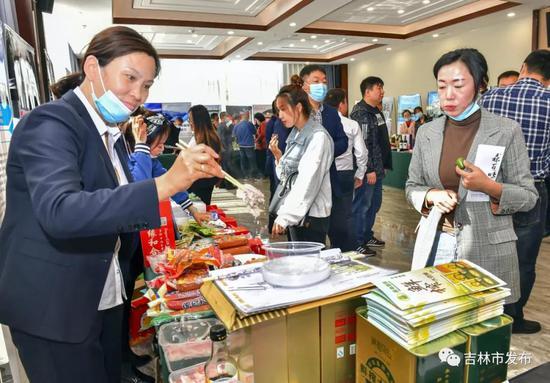 吉林市扶贫产业的特色产品受到当地企业家的青睐。