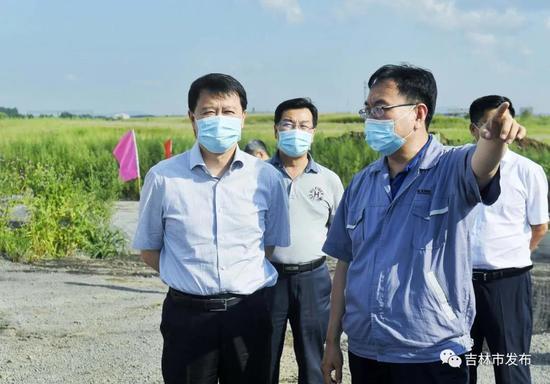 图为吉林市委书记王庭凯(前左)在建龙钢铁有限责任公司调研150万吨/年焦化项目建设情况。