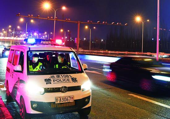 夜幕降临,警车夜巡,警闪肩灯相伴市民,成为幸福长春的温暖标配。 孙建一 摄