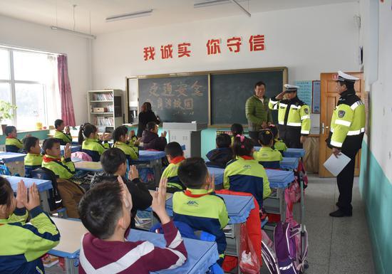 吉林省白河森林公安局交警大队走进校园开展道路交通安全教育