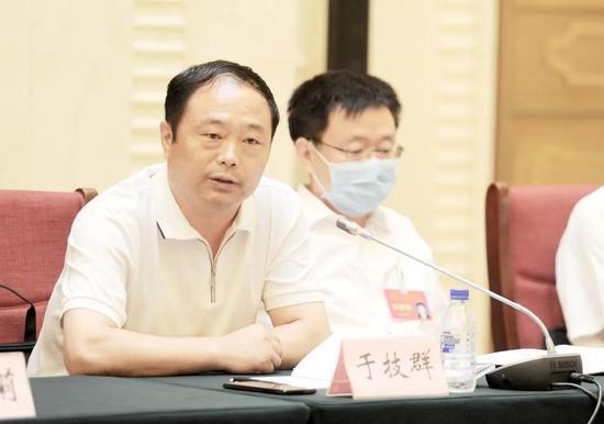 图为7月31日,中共吉林市委十三届九次全体会议在西关宾馆召开。图为分组讨论会上与会人员认真审议。记者 凌西政