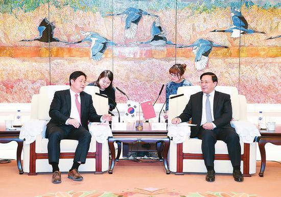 3月19日,吉林省委副书记、省长韩俊在长春会见了韩国驻沈阳总领事崔斗锡一行。本报记者宋锴摄