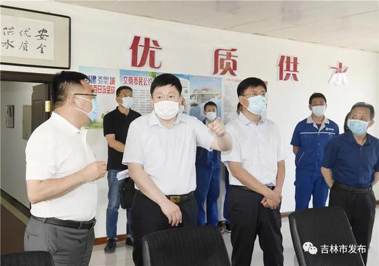 吉林市委书记贺志亮(左二)在市水务集团第三供水厂检查企业生产及市民用水安全保障工作。