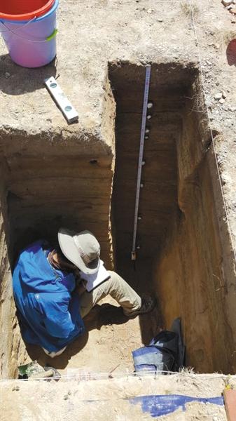 研究人员在对地层做取样测年。 受访者供图