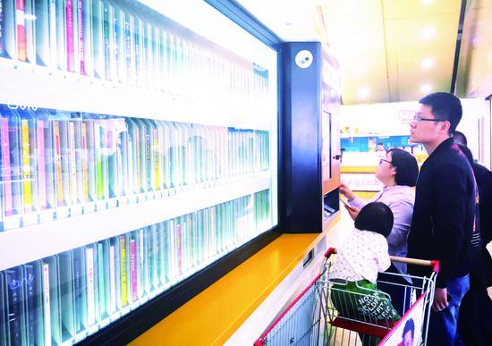 6日,由长春市图书馆引进的市内首个自助图书馆在欧亚卖场正式投入使用。 苑激刚 摄