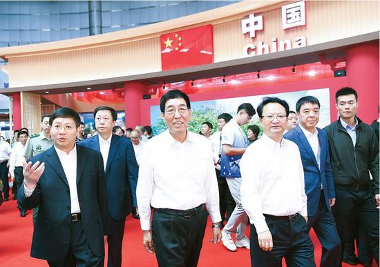 8月25日,巴音朝鲁、景俊海等省领导参观东北亚博览会展馆、展区。记者宋锴摄