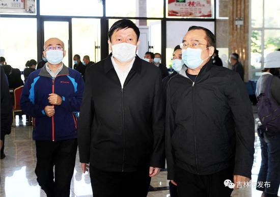 吉林市市长贺志亮(前左)在松花湖风景区检查景区安全工作。