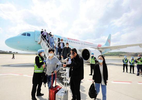 """4月29日中午,一架满载乘客的浙江长龙航空GJ8745 航班平稳降落在通化机场,标志着""""杭州-通化-哈尔滨""""新航线正式开通。记者袁昊摄"""
