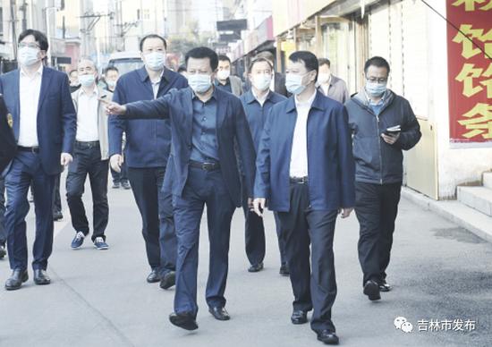 吉林市委书记王庭凯(前右一)在龙潭区苏州街市场就环境卫生、氛围营造等工作进行督导检查。