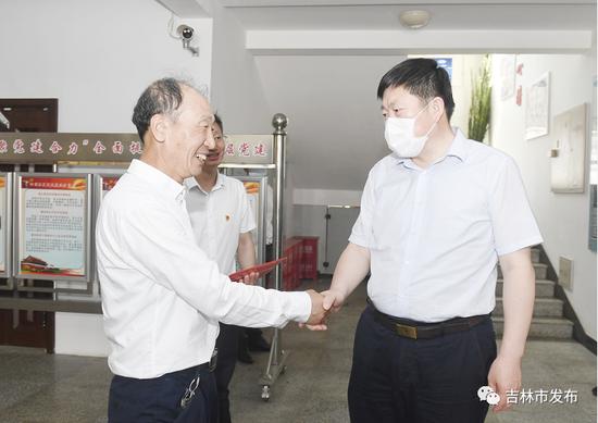 吉林市委书记贺志亮(右)代表吉林市委、市政府慰问船营区北极街道岭前社区党委书记王辉。