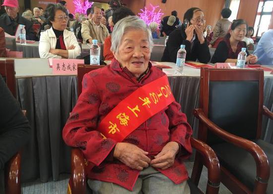 100岁的尤廷华老人。 本文图片均为澎湃新闻记者 栾晓娜 摄