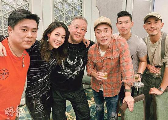 道歉记者会后,有传媒首次拍到许志安(右三)露面,还罕有地提及黄心颖(左二)。