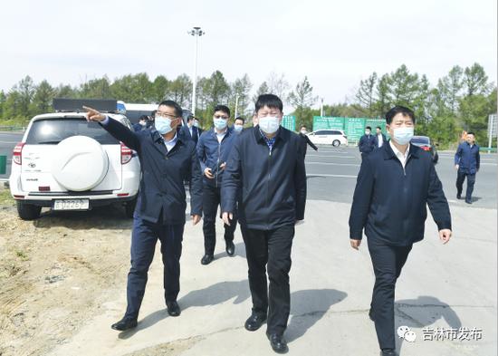 图为吉林市委书记贺志亮(中)在丰满收费站检查周边环境整治情况。