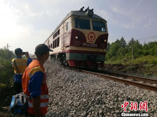 图为列车驶过通车线路。(寇衢摄)