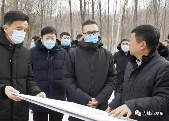 图为吉林省副省长韩福春(右二)在吉林市委书记、市长贺志亮(左二)的陪同下在蛟河市抽水蓄能电站调研项目建设进展情况。