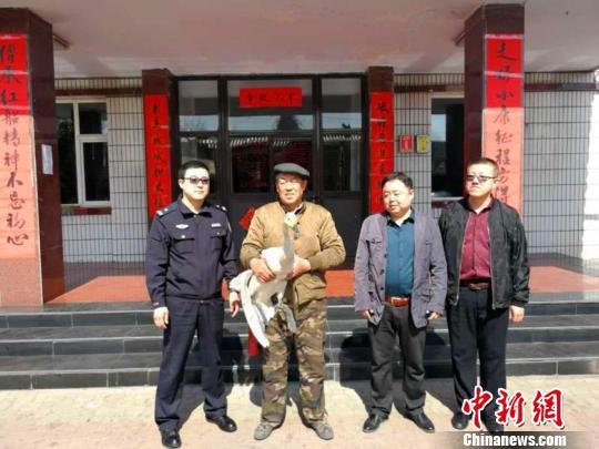 山西省大同市公安局南郊分局森林派出所日前成功救助了一只因病被困的国家二级保护动物白天鹅。山西省森林公安局供图