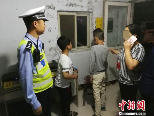 民警把孩子送回居住的小区。 陆祁国 摄