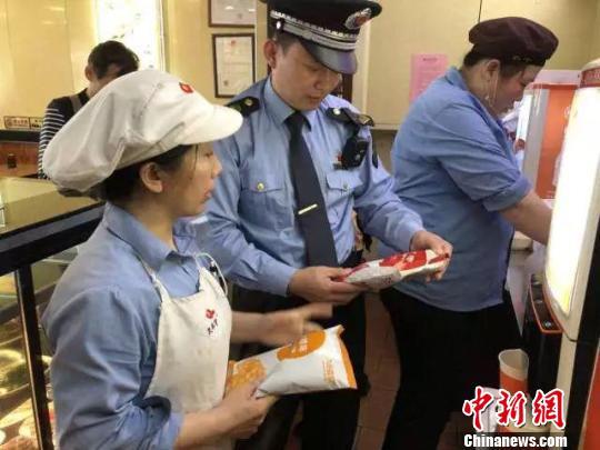 北京市食药监局对外卖店铺进行检查。 杜燕 摄
