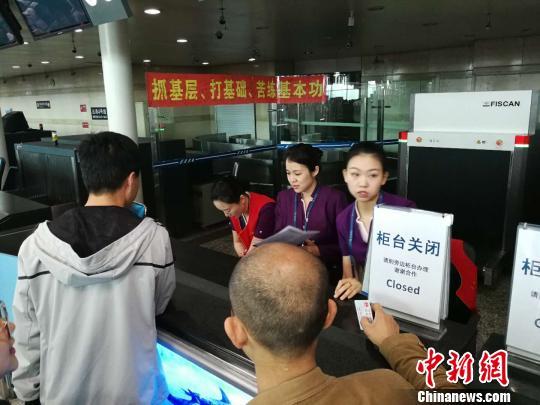 逾2万名乘客受影响。 杨毅 摄