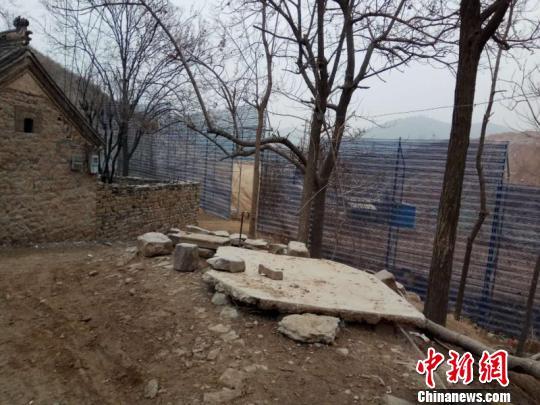 非法的石子厂距村庄仅一网之隔。 赵晖 摄