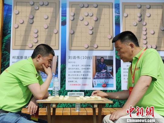 """棋手在中国·辉南""""龙湾杯""""象棋群英会上展开对垒 刘栋 摄"""