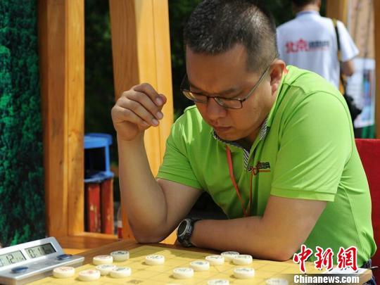 棋手在比赛中思考 刘栋 摄