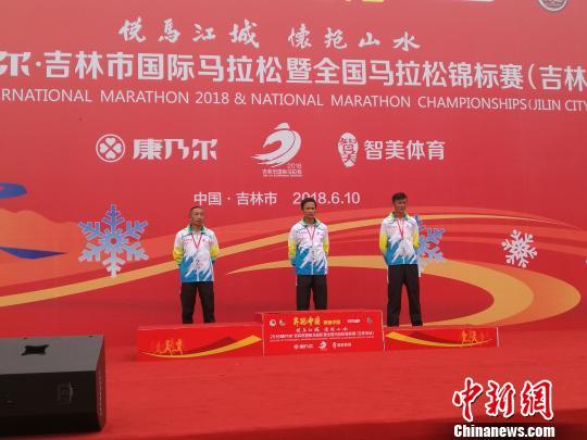 吉林市国际马拉松赛颁奖仪式,宁夏选手包揽个人金银牌。 图片由宁夏体育局提供