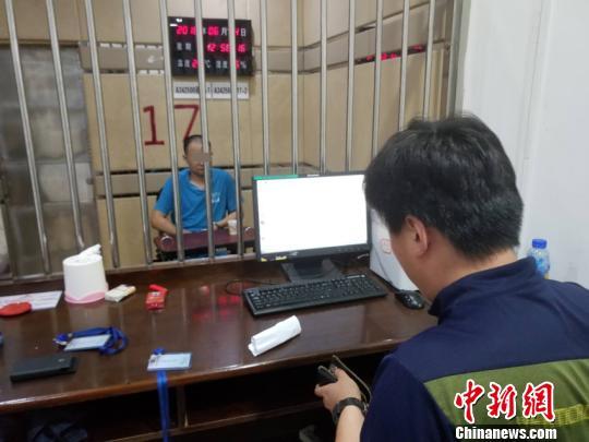 犯罪嫌疑人朱某在接受审讯 警方供图 摄
