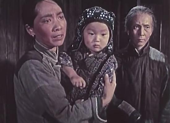 于蓝(图左)在《林家铺子》中饰演张寡妇。