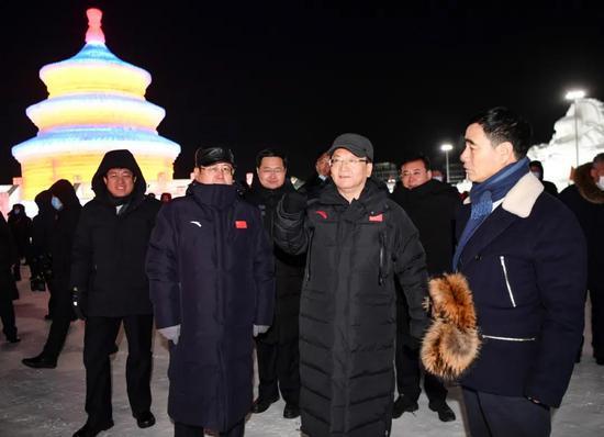 12月18日,吉林省委书记景俊海到长春冰雪新天地,就冰雪经济发展情况进行调研,详细了解运营情况。