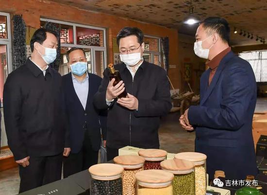 市长王路(右二)在舒兰市天德乡三梁村,调研三稻粱种植合作社春耕准备情况